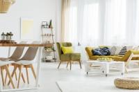 Biely paletový stolík na kolieskach