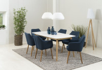 Škandinávska jedáleň s modrými stoličkami