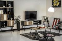 Obývačka zariadená retro nábytkom z dreva a kovu