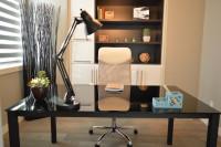 Čierny pracovný stôl v elegantnej pracovni