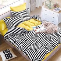 Manželská posteľ s pestrofarebnými obliečkami