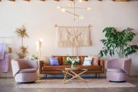 Hnedá kožená pohovka v bohémskej obývačke