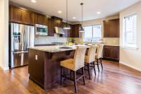Barové stoličky v klasickej hnedej kuchyni
