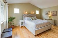 Manželská posteľ s čalúneným čelom a klasický nočný stolík