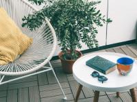 Biely exteriérový nábytok na malom balkóne
