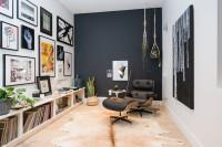 Relaxačné kreslo v obývačke s čiernou stenou