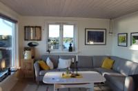 Vidiecka obývačka so sivou rohovou sedačkou