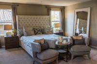 Veľká manželská posteľ s čalúneným čelom a sivé kreslá