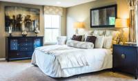 Manželská posteľ a komody v klasickom štýle
