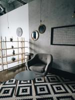 Elegantné kreslo a stolík v sivej retro obývačke