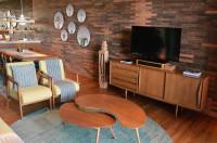 Nízka komoda a sada konferenčných stolíkov retro obývačke s tehlovou stenou