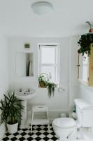 Klasická kúpeľňa v bielej farbe s prírodnými doplnkami