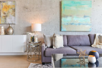 Pohodlná čalúnená pohovka v modernej obývačke
