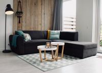 Čierna pohovka v obývačke v škandinávskom štýle