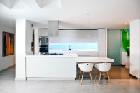Elegantné plastové stoličky v minimalistickej bielej kuchyni