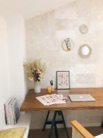 Drevený pracovný stôl a dekorácie v malej dámskej pracovni