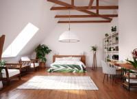 Manželská posteľ vo veľkom podkrovnom priestore