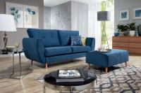 Moderná obývacia izba so sýtomodrou pohovkou