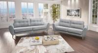 Obývacia izba so sivou pohovkou v tradičnom štýle