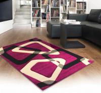 Moderná obývacia izba s výrazným cyklaménovým kobercom
