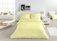 Spálňa s manželskou posteľou s výraznými žltými obliečkami