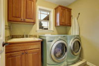 Práčovňa s okienkom, umývadlom, práčkou a sušičkou vedľa seba