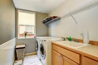 Práčovňa s umývadlom a drôtenou policou