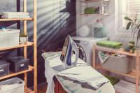 Väčšia práčovňa s oknom, policami, práčkou aj žehliacou doskou
