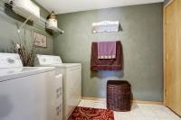 Práčovňa s dlhou drôtenou policou a košom na prádlo