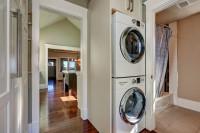 Práčka so sušičkou vedľa kúpeľne