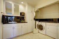 Práčka v kuchyni ukrytá za zkadlovými dverami
