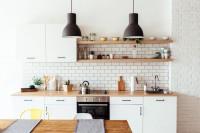 Lacná kuchynská linka s policami pôsobí vzdušne