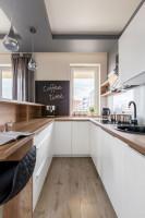 Malá kuchyňa do U spojená s obývačkou
