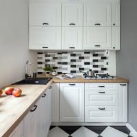 Malá kuchyňa s matnými bielymi dvierkami