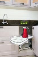Dômyselný úložný systém do rohovej skrinky v kuchynskej linke
