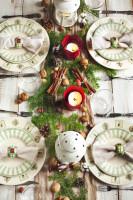 Škorica, orechy, šišky a vetvičky na štedrovečernom stole