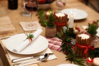 Štedrovečerný stôl v zeleno-červených tónoch