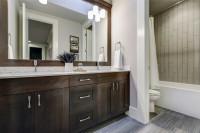 Kúpeľňa s dvoma zapustenými umývadlami a veľkým zrkadlom