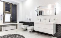 Kúpeľňa s dvoma zapustenými umývadlami v bielej skrinke