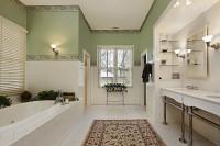 Kúpeľňa s dvoma umývadlami a vaňou