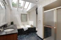 Dve zapustené umývadlá, vaňa a sprchový kút