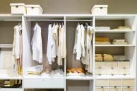 Regálový systém do šatníka s priestormi na drobnosti