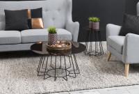 Konferenčný stolík do obývačky zariadenej v kontrastných farbách