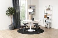 Jedáleň zariadená jednoduchým čiernobielym nábytkom