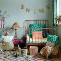 Detská izba s kovovou posteľou v retro štýle