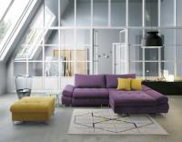 Veľká podkrovná obývačka s rohovou sedacou súpravou v sýtych farbách