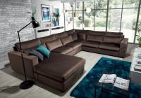 Moderne zariadená veľká obývačka s hnedou látkovou sedačkou