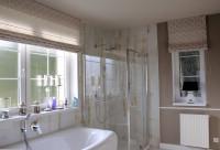 Kúpeľňa v hnedých odtieňoch s rímskymi roletami