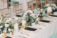 Svadobné stolovanie so zeleno-zlatými doplnkami