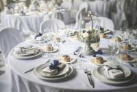 Svadobné stolovanie v bielej s modrou